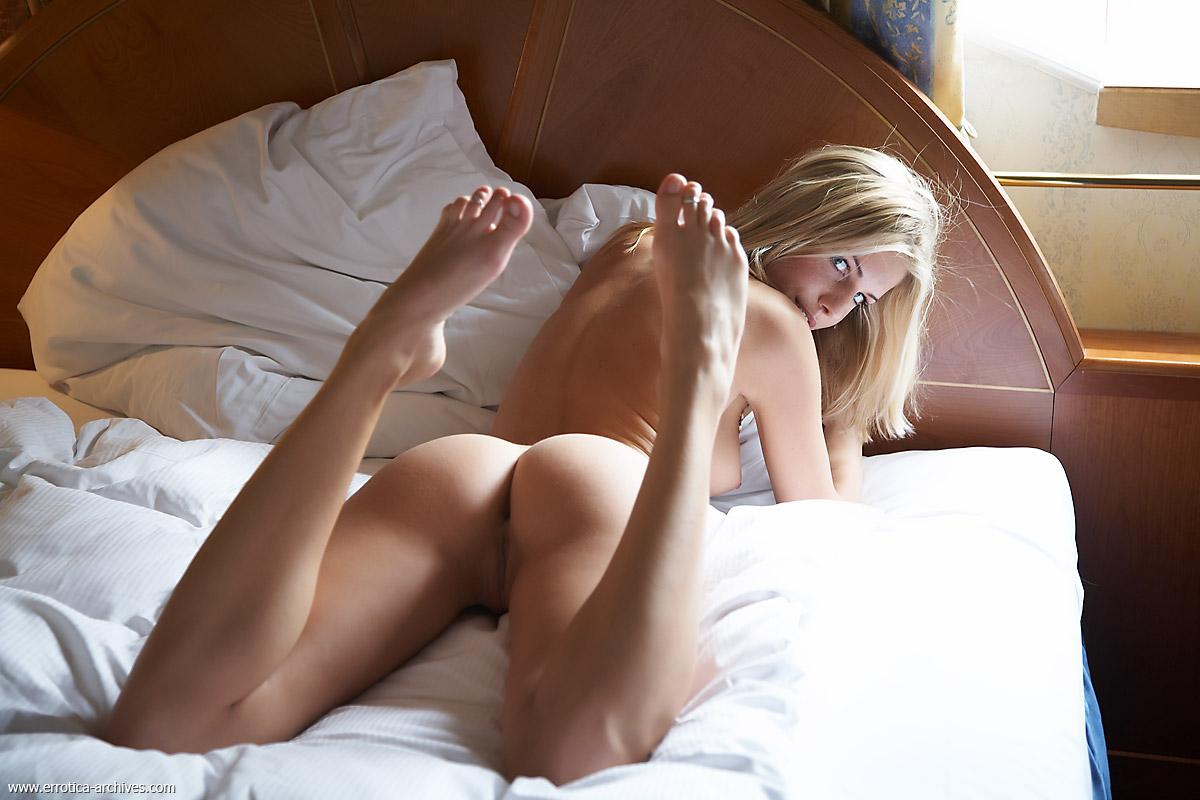 angie everhart bikini